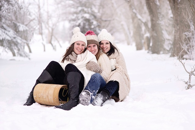 tři ženy na sněhu