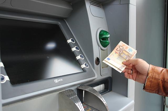 vklad bankovek do bankomatu