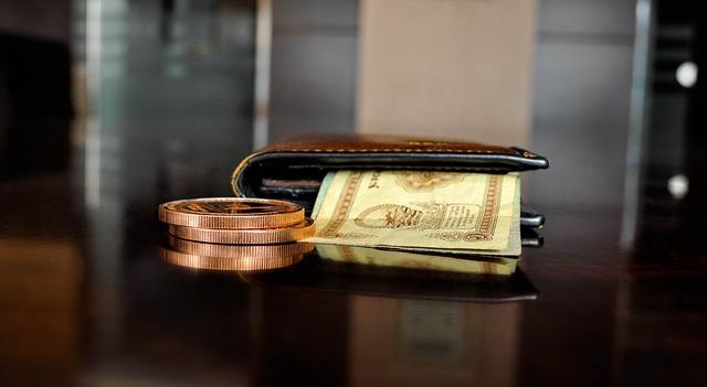 peněženka a peníze na stole