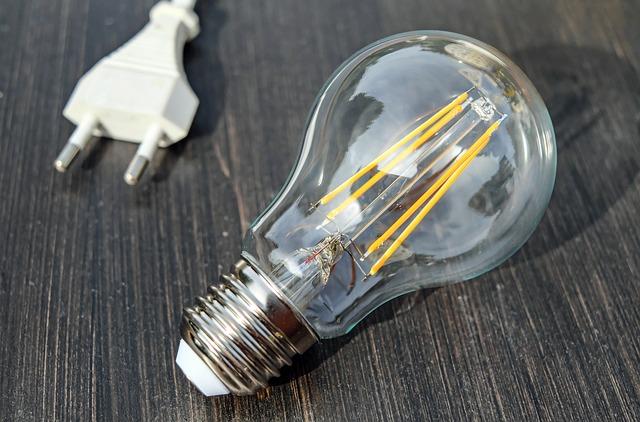 žárovka na stole