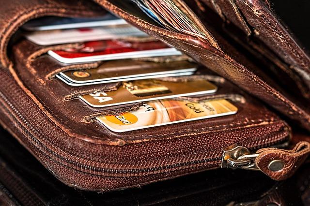 peněženka plná kreditních karet