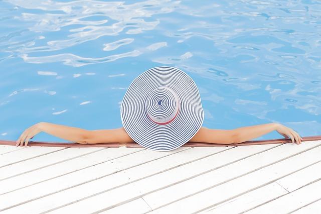 ruce, klobouk, bazén