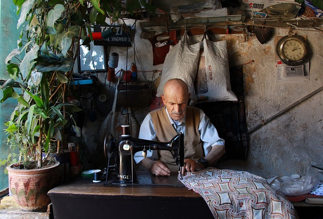 muž u šicího stroje