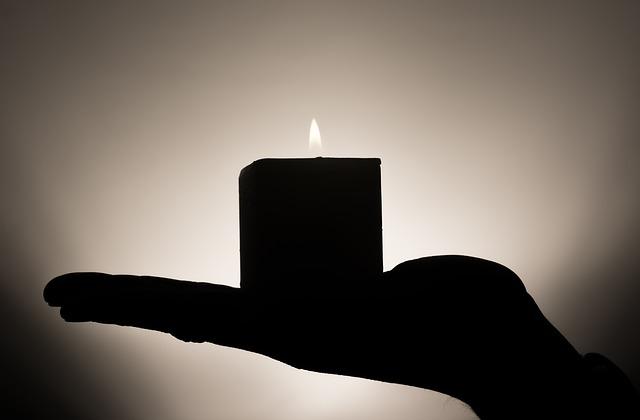 svíčka na dlani.jpg