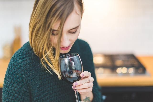 dívka s vínem