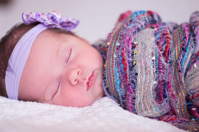 miminko uvázané v šátku