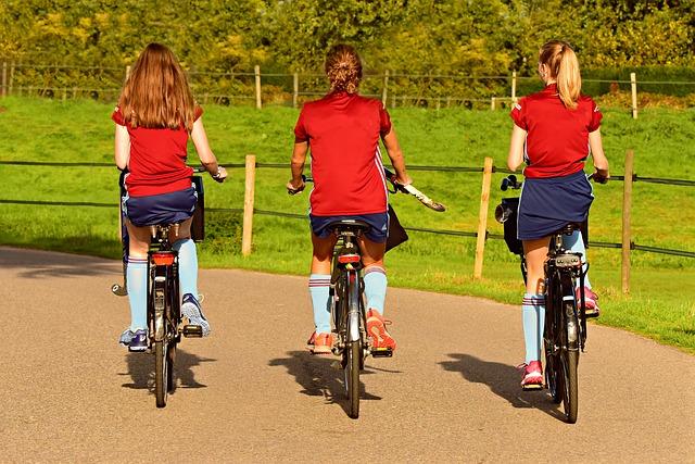 tři cyklistky v červeném tričku