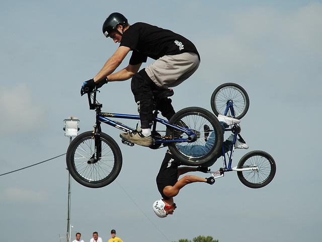 cyklista ve vzduchu