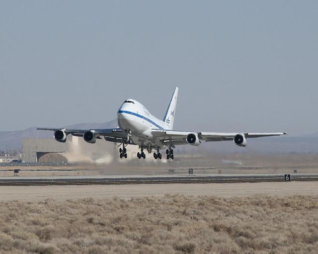 startující letadlo v pošmourném počasí.jpg