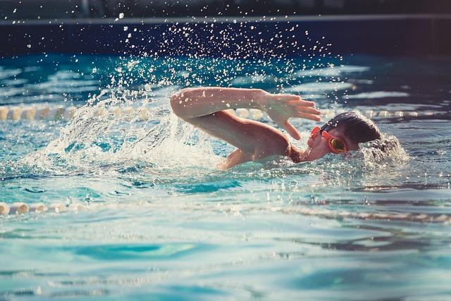 plavec v bazénu
