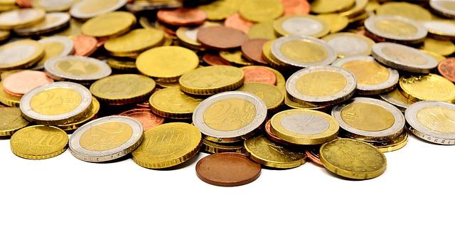 mince rozložené na ploše