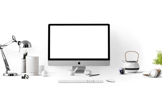 pracovní stůl s počítačem