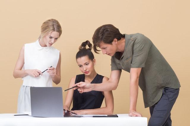 tým lidí pracuje na tvorbě reklamy, webových stránek atd.