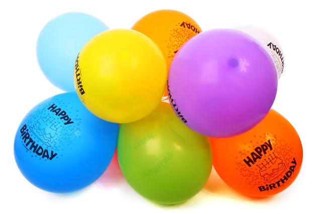 """Svazek balonků s nápisem """"šťastné narozeniny"""""""