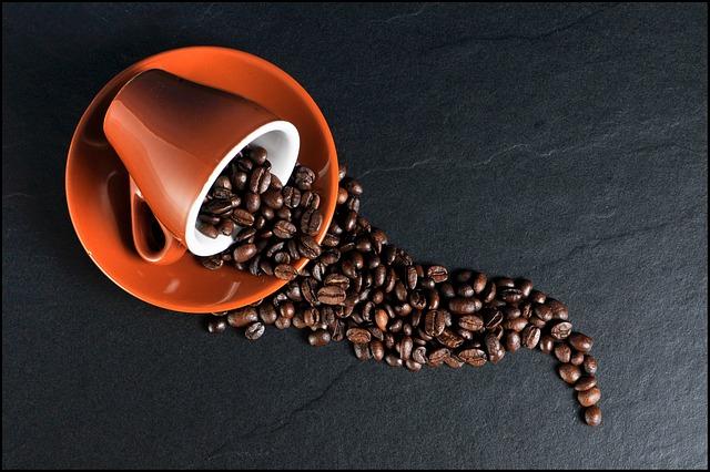 Rozsypaná káva na stole