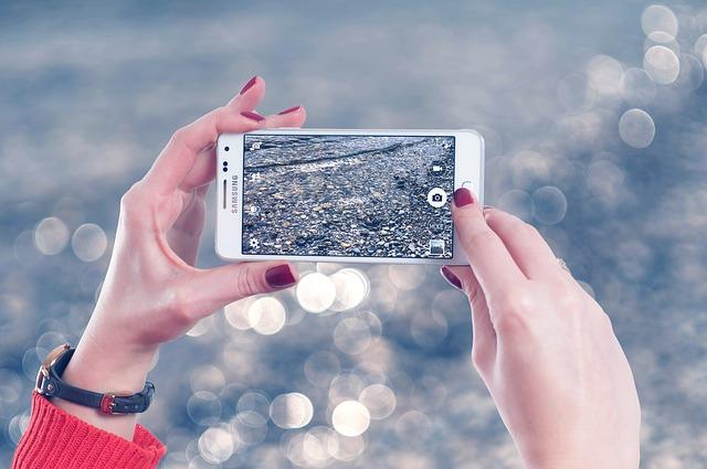 Telefon v rukou při fotografování