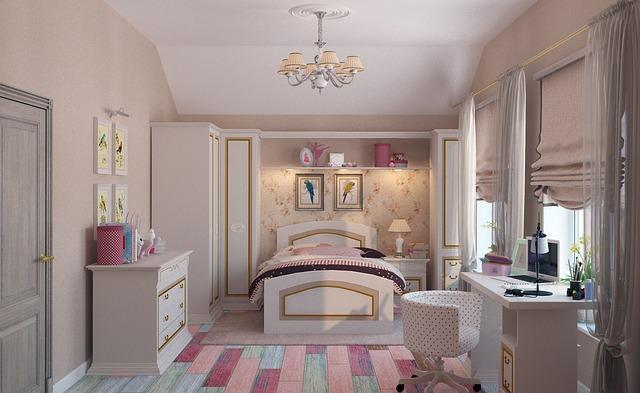 Dívčí dětský pokojíček s obrázky papoušků, s postelí a skříní, se stolem a židlemi.jpg
