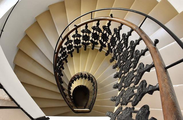 schodiště na chodbách v domech