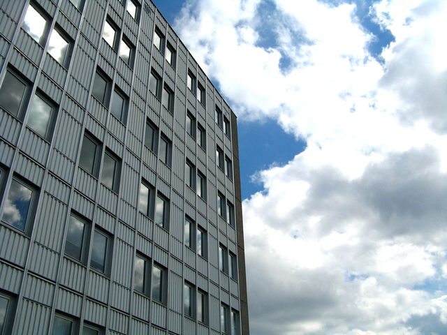 velký a vysoký dům s mnoha okny