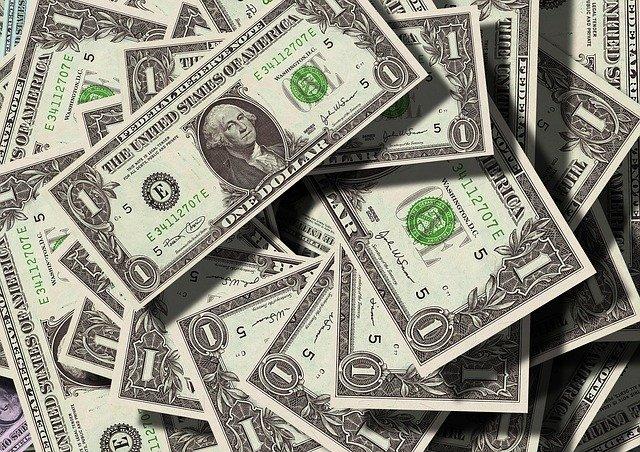 Hromádky dolarů.jpg