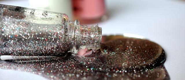 ozdobný lak na nehty se stříbrnými třpytkami