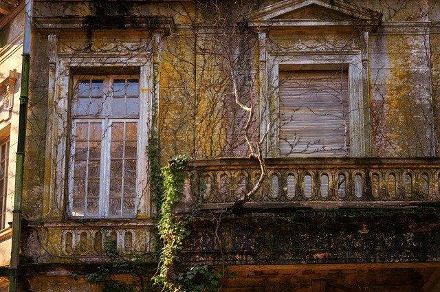 starý dům porostlý břečťanem